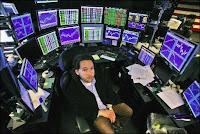 Un trader de Hedge Funds derrière ses consoles.