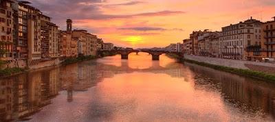 Le pont Santa Trinita photographié depuis le Ponte Vecchio. Document Sedona Vista.