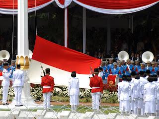 Bendera Merah Putih Dikibarkan Terbalik : Tak Perlu dibesar-besarkan