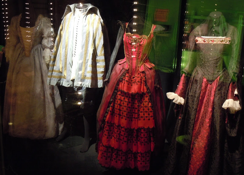White and Red Queen Courtiers Alice costumes