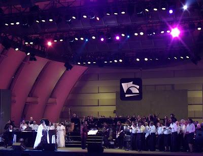 Aretha Franklin with gospel choir at Hollywood Bowl Jun 09