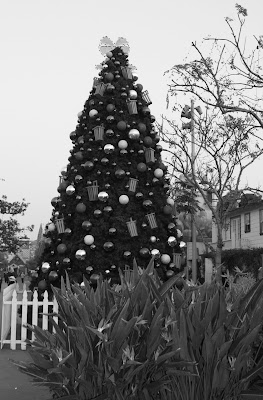 Festive Farmers Market tree in mono