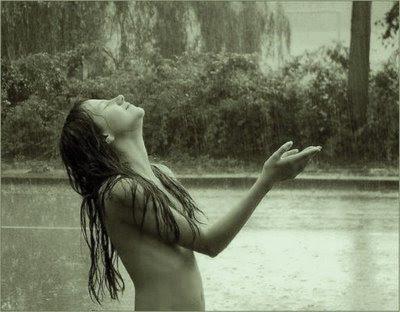 Una chica bajo la lluvia