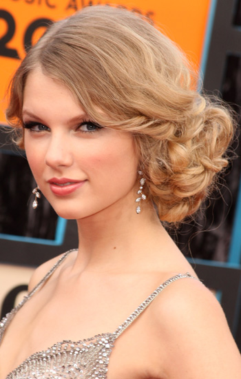 taylor swift hair updo. Taylor Swift#39;s Love Story hair