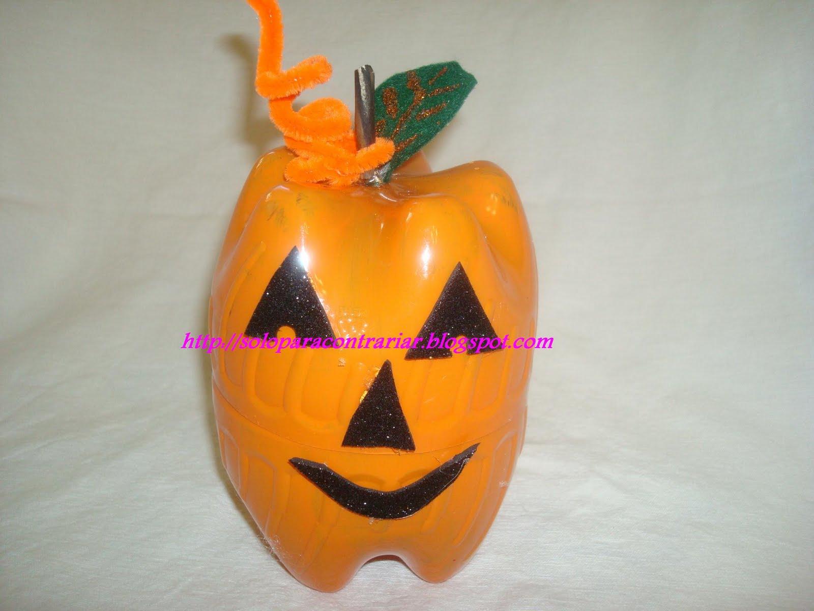 Dulceros de Halloween hechos con botellas de plastico