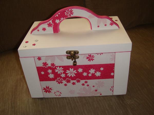 Maleta bijou c/ 02 gavetas, aneleira e alça pink - R$ 50,00