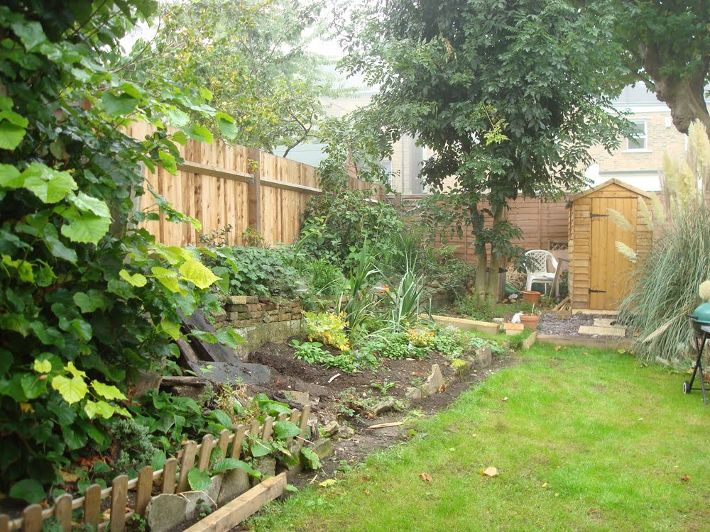 Do or diy garden landscaping with railway sleepers for Garden designs with railway sleepers