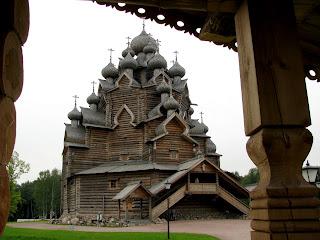 Iglesia del Manto de la Virgen en Bogoslovka (arquitectura de madera tradicional rusa)
