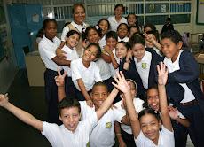 Al llegar con los pupitres todo alegría y sonrisas en la Escuela María May