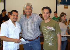 Lic. Miguel Soto  y profesor Juan Miguel Avalos, entregan becas UNEPAS