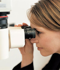 Stand de atención óptica con examen gratuito de la vista a estudiantes y personal de la UNE.
