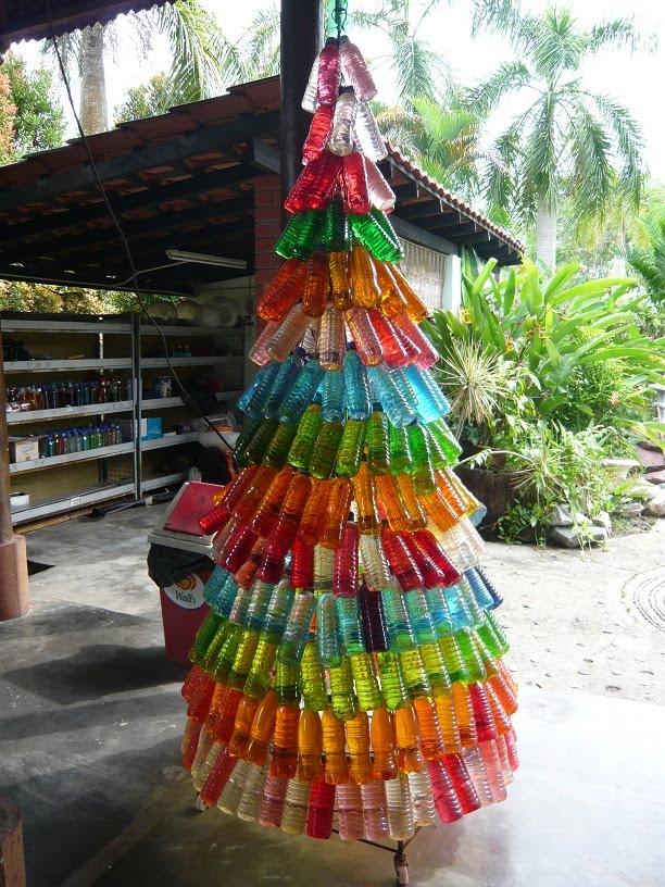rbol hecho de materiales reciclados