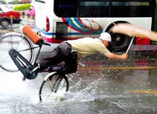 http://2.bp.blogspot.com/_G_k9fJ9EiPU/S52iWp3MJHI/AAAAAAAAAXg/VcDoVEBtcQw/s320/accidente-bicicleta.jpg