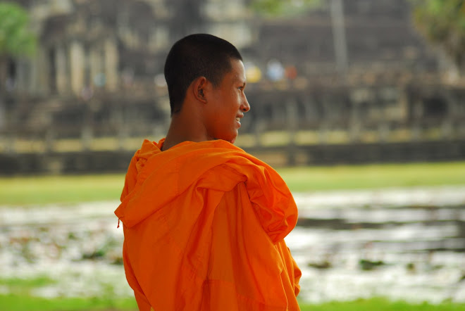 Budista frente a Angkor Wat