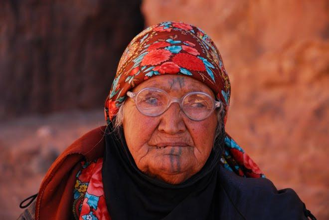 Esta misma mujer la vi en 2004 en mi primer viaje a Petra, un poco más cambiada