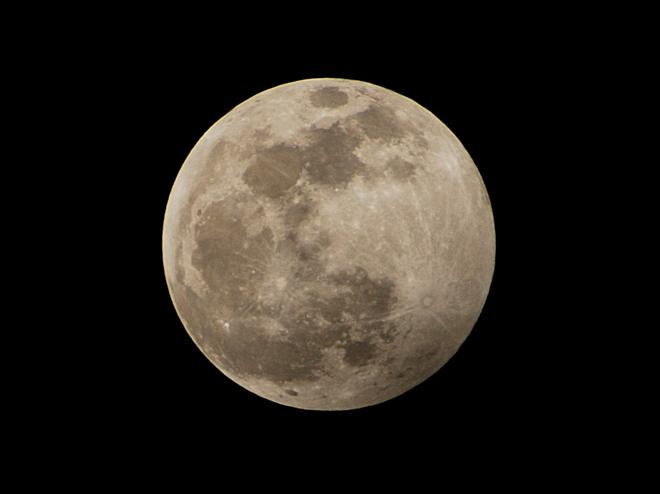 La luna de noche vieja en el desierto. Nunca la había visto igual de impresionante
