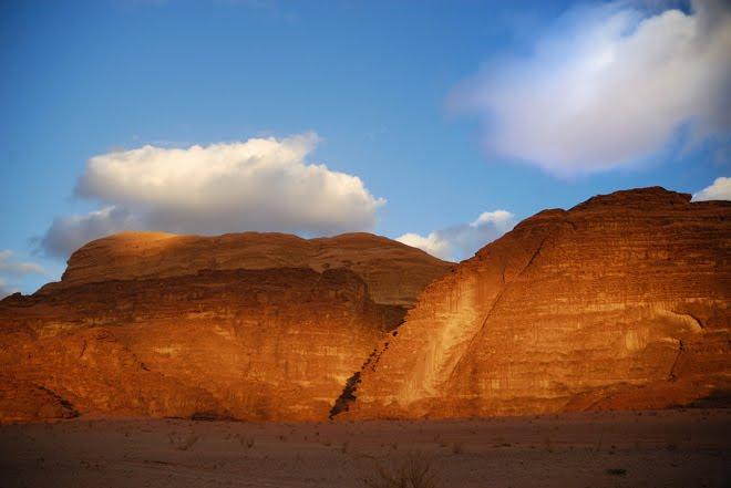 Impresionante atardecer. Esto ocurre cada día en el Wadi Rum