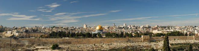 """Panorámica de Jerusalén con la mezquita """"Dome of the Rock"""" en el centro"""