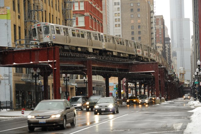 Díficil dormir con el metro descubierto por el medio de la ciudad