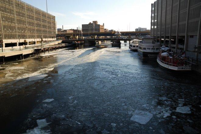 El río que cruza Milwaukee. Parece Alaska