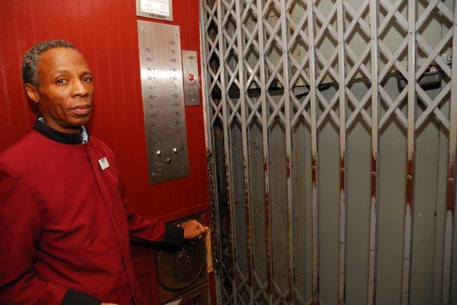 El botones ajusta la altura final de este viejo ascensor con la manivela con precisión milimétrica