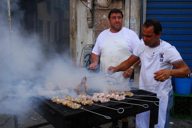 Cocinando en la calle... tripas de a saber qué!