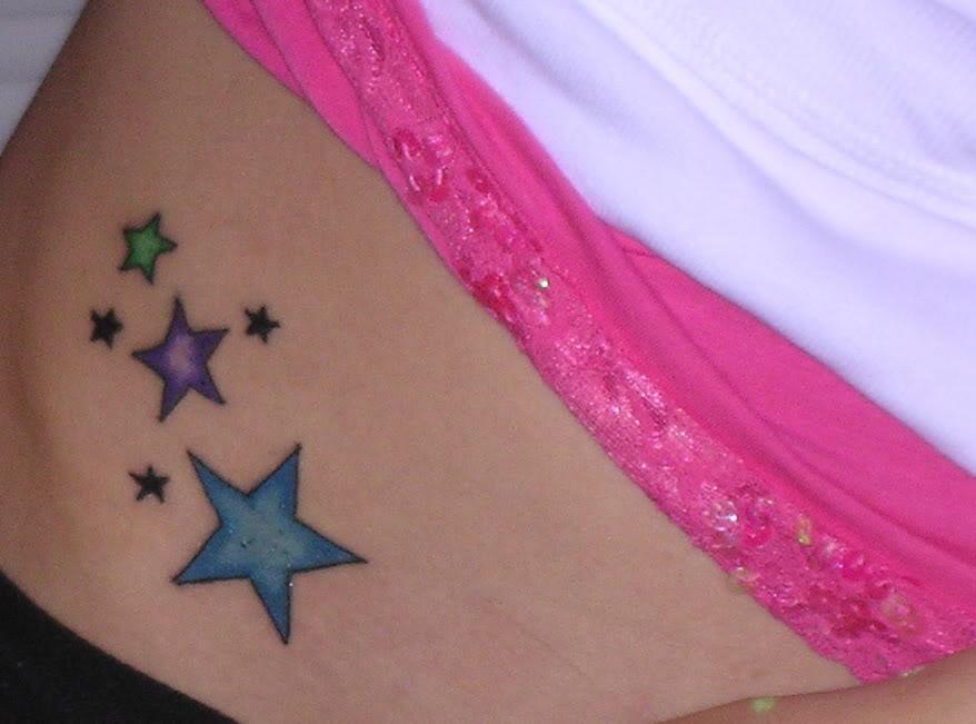 Esta chica luce tres estrellas en su cintura, de diferentes colores ...