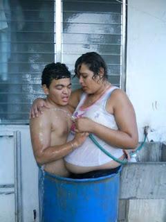 Pareja bañándose juntos eso si es amor