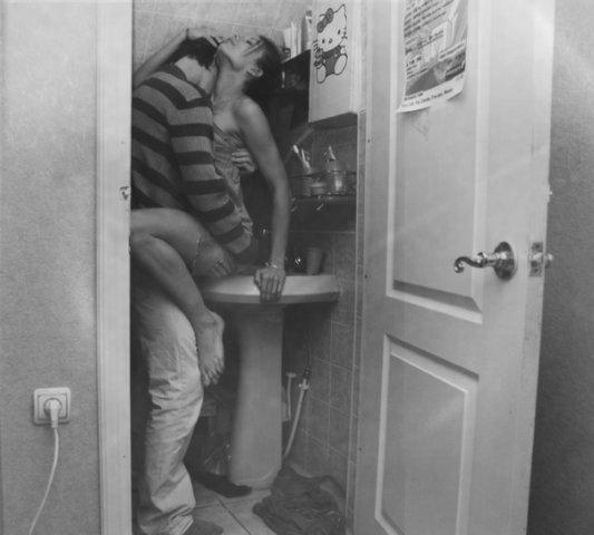 парни занимаются сексом в туалете