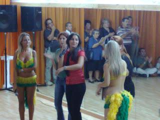 Tiziana presenta agli accorsi la sua attività a Mayumaná.