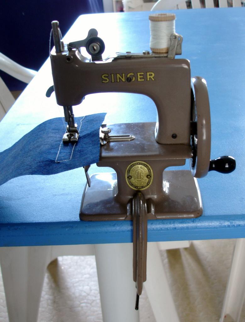 Quilt en beauce beauce arts textiles mini machine for Machine a coudre jouet