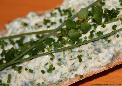 Tartine de fromage frais aux herbes sauvages