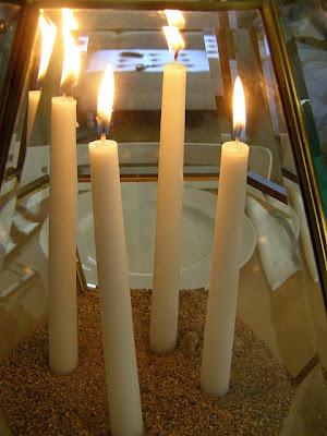 Una lámpara de techo convertida en dos soportes de velas para centro de mesa