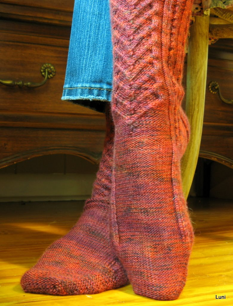 Knitting Pattern For Highland Dance Socks : 3 Sleeves to the Wind: Knitting (not for me), the finale
