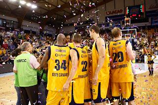 ACB PHOTO - La plantilla del Gran Canaria festeja la victoria y la clasificación para el play-off