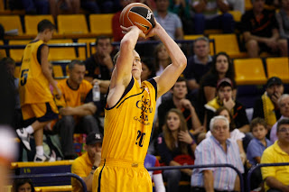 Jim Moran, que anotó cuatro triples, se levanta para lanzar - ACB PHOTO