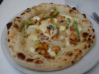 Pizza special: Chanterelles, squah blossoms and grilled onions