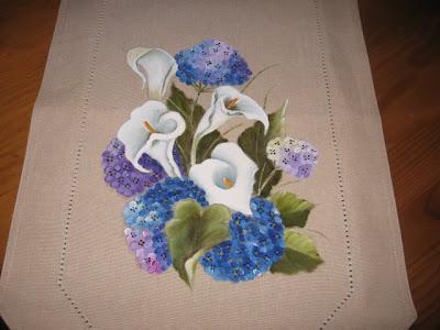 chemin de mesa com hortenses e jarros