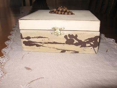 Caixa de Chá em madeira: método do pingo de cera e pintura decapada