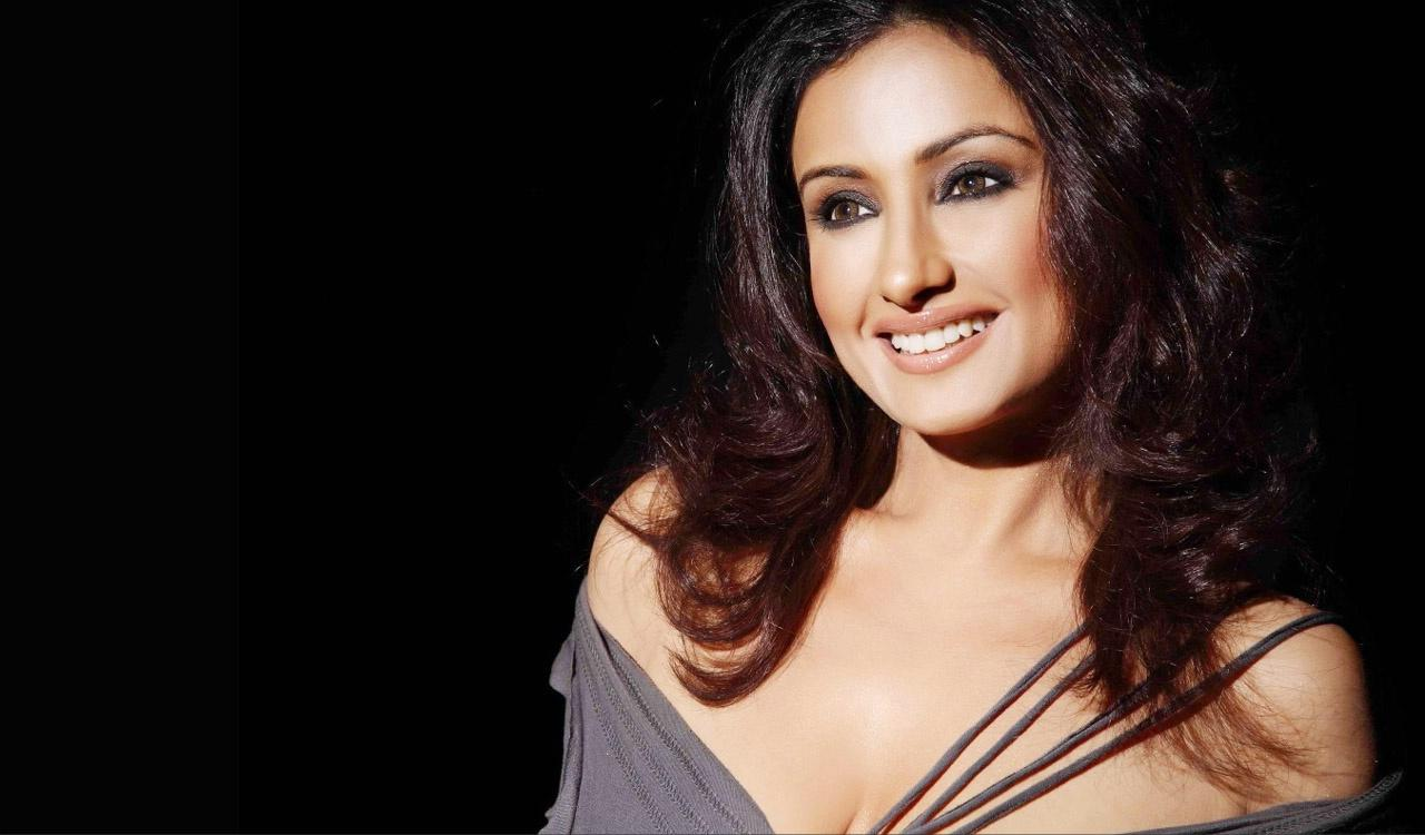 Bollywood Actress Divya Dutta Sexy Wallpapers