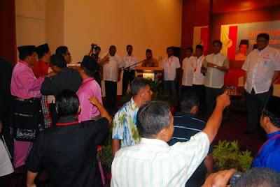 http://2.bp.blogspot.com/_HF9D0QiHfAU/TDnaXjbIcoI/AAAAAAAAB_Y/7kw02eRAXas/s400/Kekocohan+UMNO+Sungai+Petani+1.JPG
