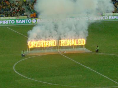 Um singelo efeito limunoso dedicado a Cristiano Ronaldo, instantes antes do apito inicial