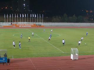 Jogada à entrada do meio campo do Armacenenses, onde a equipa de Faro, tenta construir uma jogada de perigo