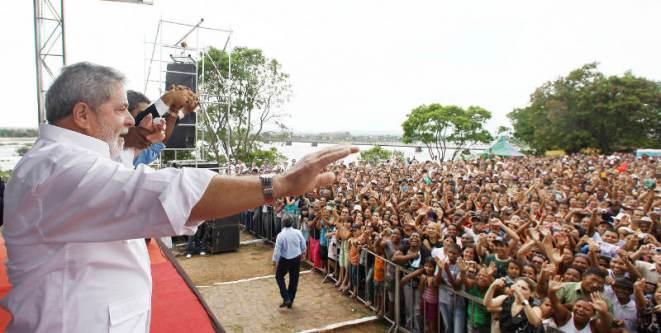 Lula e DILMA em Buritizeiro-MG (14/10/09): Cerca de 4.000 pessoas foram saudar o Presidente