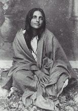 Sri Anandamayi Ma cantando en1948, (click en la imagen)