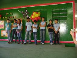 Alunos recebem medalhas por participarem do projeto Meio Ambiente e Dengue