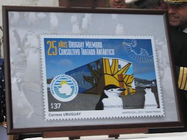 Sello del Correo Uruguayo conmemorando 25 años del Uruguay en la Antártida