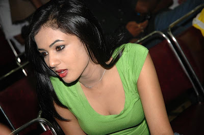 sonal chauhan green top hot photoshoot