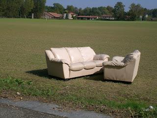 Un divano in un campo