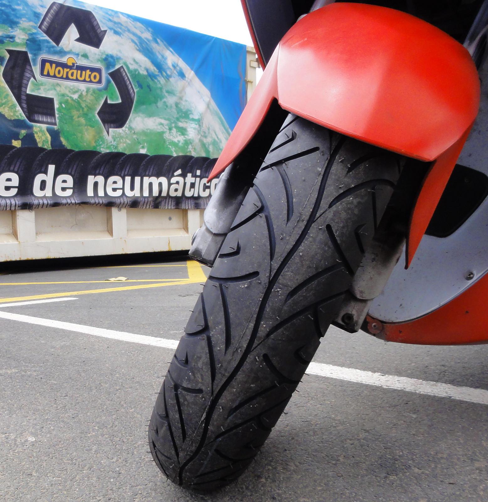 http://2.bp.blogspot.com/_HXaPyG-SY44/TD9Dp0qFa5I/AAAAAAAACrU/kypwgxXZh-M/s1600/malaguti+spidermax+pirelly+sport+demon+front+tire.jpg